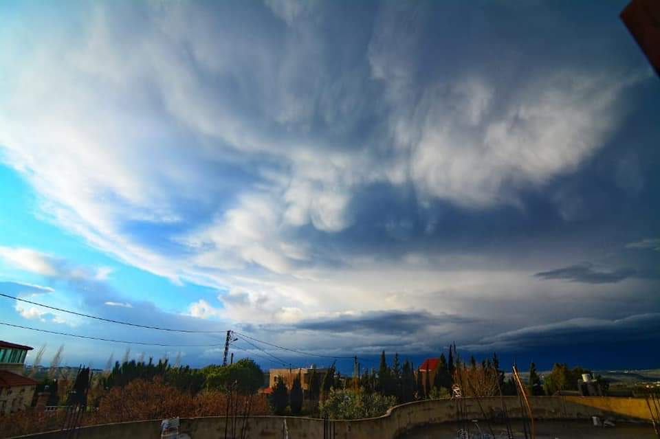 صورة للغيوم الركامية فوق عكار، تُنذر هذه الغيوم بالهطولات القوية والعواصف الرعدية - 📸   عدنان مرعب