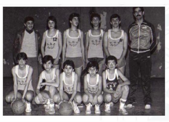 أردم باتابوتيان صغيراً مع فريق الأنترانيك لكرة السلة، ممسكاً بالكرة في وسط الصف الأول قعوداً