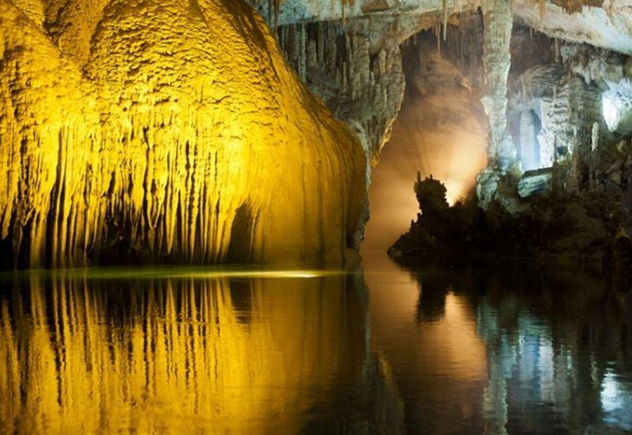مغارة جعيتا هي ذات تجاويف وشعاب ضيقة، وردهات وهياكل وقاعات نحتتها الطبيعة