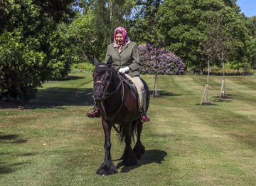 """نشرت العائلة المالكة على صفحتها عبر موقع """"تويتر""""، صورًا للملكة البالغة من العمر 94 عامًا، وهي تمتطي مهرًا في قلعة وندسور"""