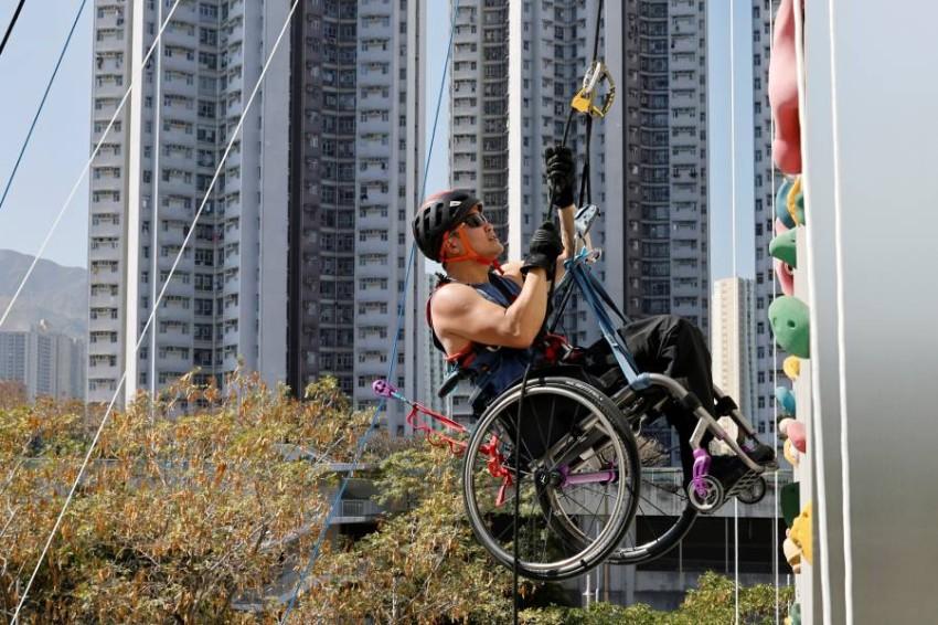 ولم يتمكن لاي بعد تعرضه لحادث سير من الوصول إلى قمة برج (نينا تاور) الذي يرتفع 300 متر في شبه جزيرة كاولون، لكنه قرر أن يستأنف التسلق مع ربط كرسيه المتحرك بنظام يعمل بمجموعة بكرات ويعتمد على قوة ذراعيه