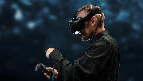 """يُعد """"مصنع تقنية الجيل الخامس الذكي الأميركي"""" الذي أنشأته إريكسون في تكساس، أحد أكثر مجمعات التصنيع تطوراً في العالم. وقد تم تدريب فريق العمل الهندسي عن بُعد، قبل إتمام عمليات البناء في المصنع في وقت سابق من هذا العام. وذلك عبر الاستفادة من قدرات الواقع الافتراضي (VR) في الأشهر التي سبقت الافتتاح، حيث تمكن موظفو إريكسون الجدد من تلقي التدريبات بشكل مباشر مع زملائهم في مصنع الشركة الذكي  في تالين، استونيا على بعد 8000 كلم من تكساس"""