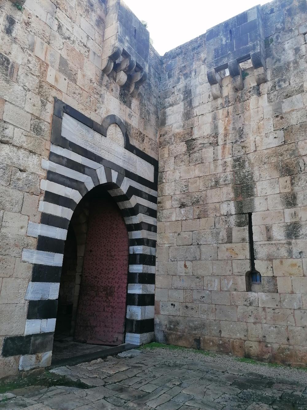 مدخل القلعة وفوقه نص من عهد العثمانيين