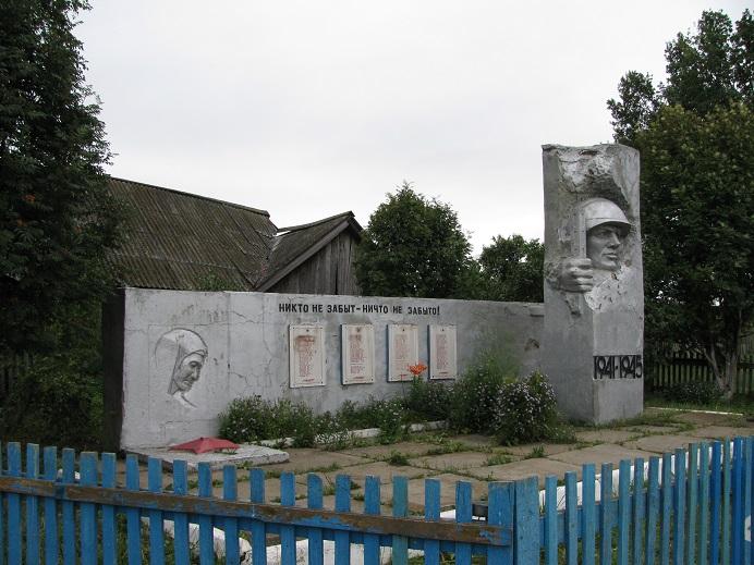 Памятник погибшим героям, 1985 г.  Автор - Алексей Столяров. Граховский район,  д. Нижние Юраши