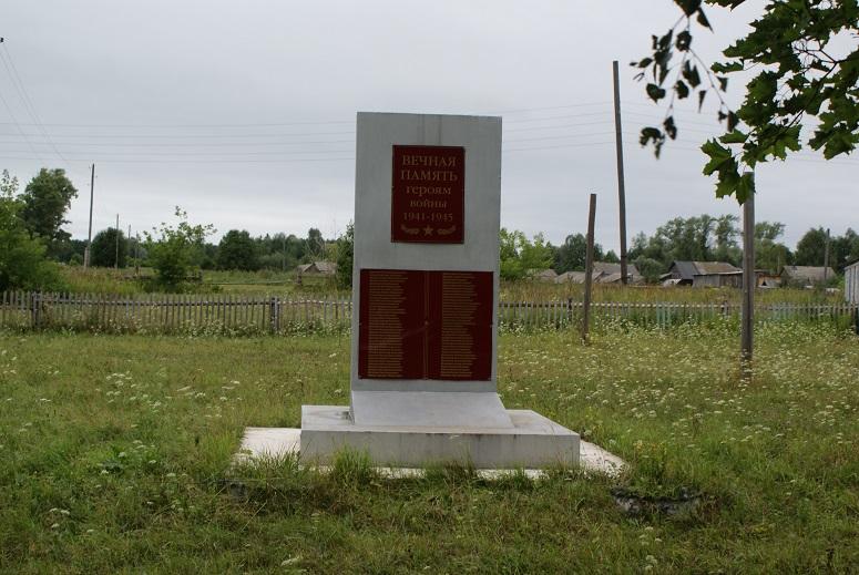 Памятная стела землякам, погибшим в годы Великой Отечественной войны, 2005 г. Граховский район, д. Селянур