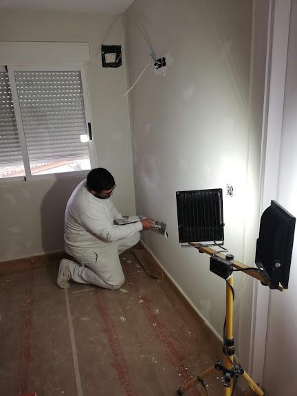 en esta foto se ve como estamos reparando una pared para a continuación pintar