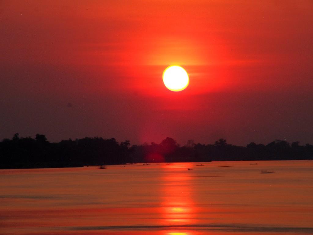 Im Norden von Done Det  verschwindet die Sonne  im Mekong