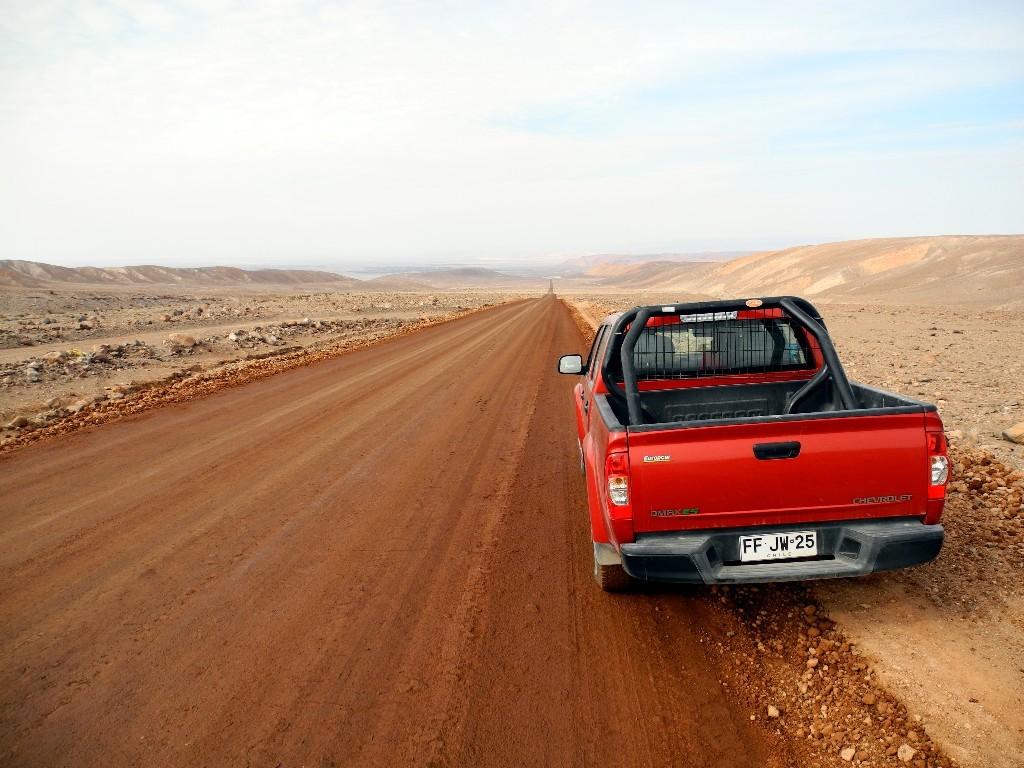 Chevi Pick Up auf roter Sandpiste