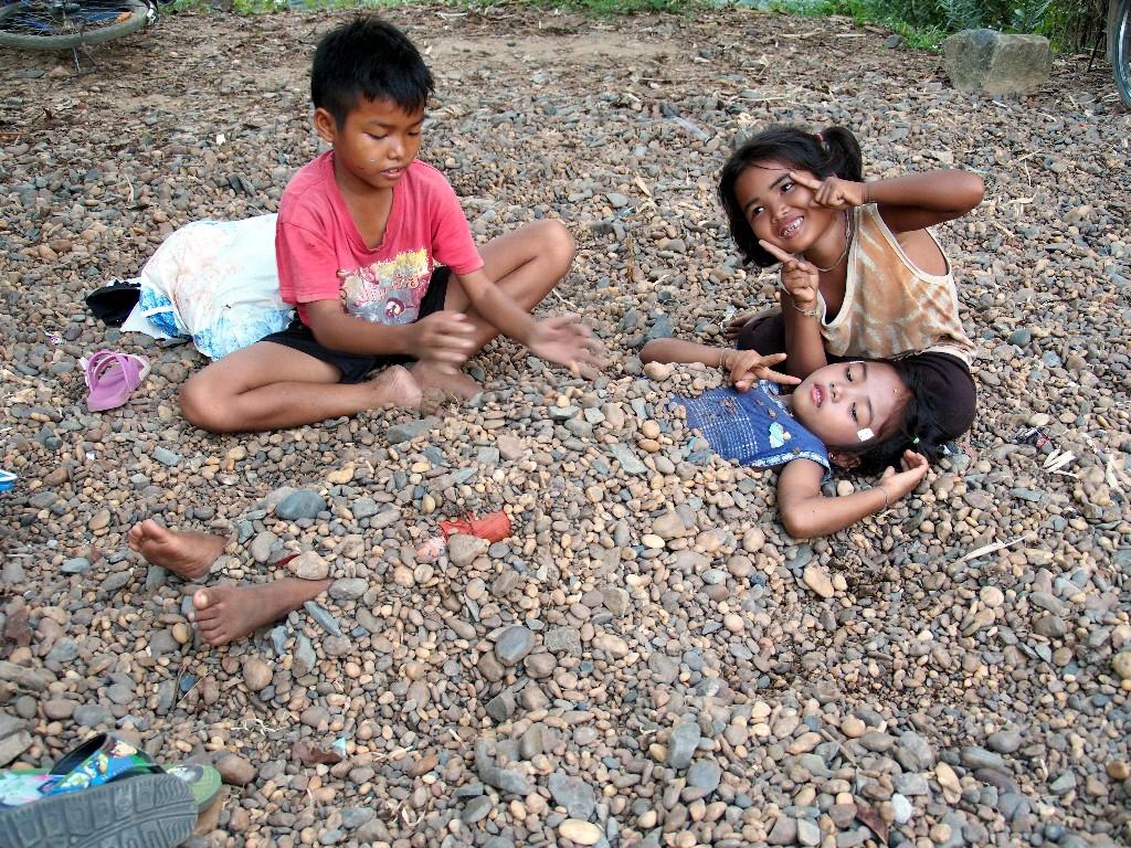 Kinder der Welt - wo kein Sand ist, werden Steine zum Einbuddeln verwendet