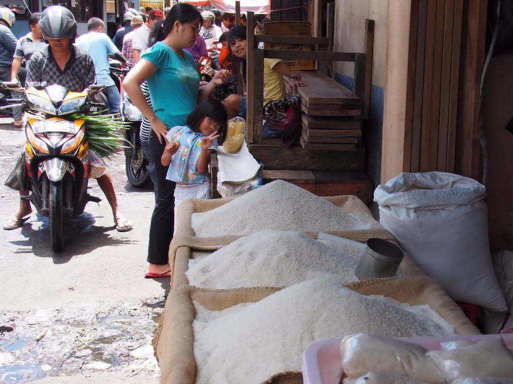 Tomohon Market - Am Eingang begrüßte uns ein kleines Mädchen am Reisstand