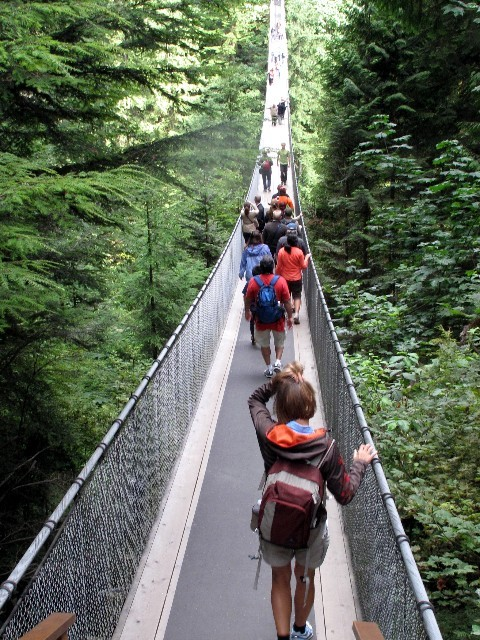 Gute Einnahmequelle -  Gitti unter den vielen Touristen auf der Capilano Suspension Bridge