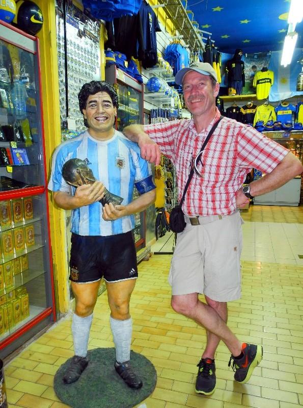 Überall - Maradonnafigur im Fanshop in La Boca