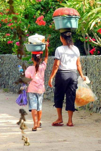 Mutter und Tochter beim partnerschaftlichen Transport