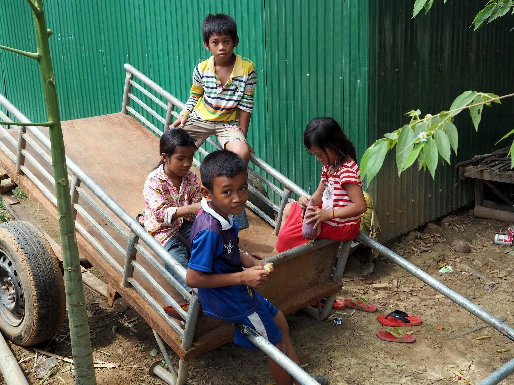 Fröhlich - Kinder brauchen nur die Basics: Essen, Freunde und Bildung