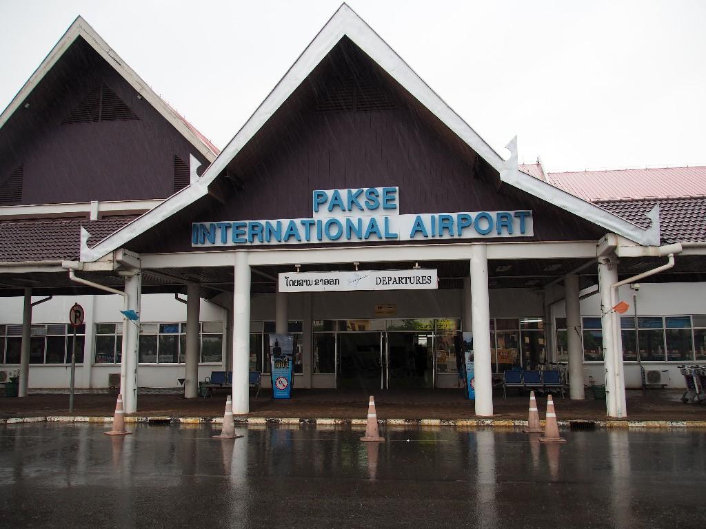 Provinziell - Der Flughafen von Pakse ist außen hui, innen pfui.