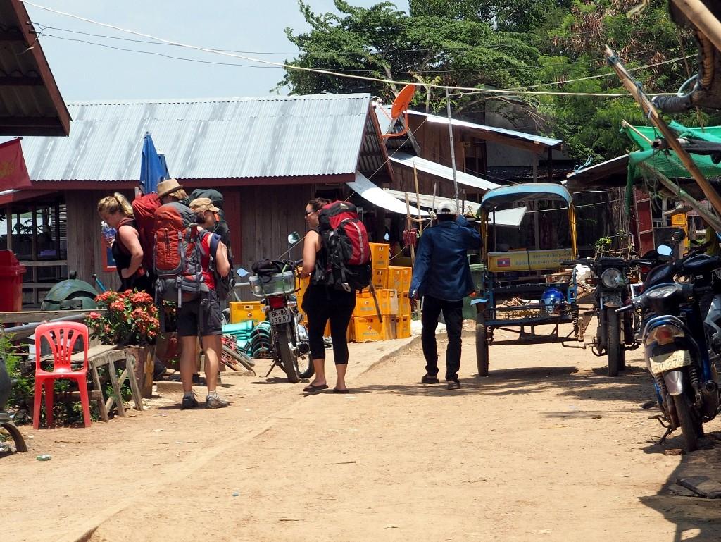 Kurzer Fußmarsch zum Bootsanleger von Nakasang