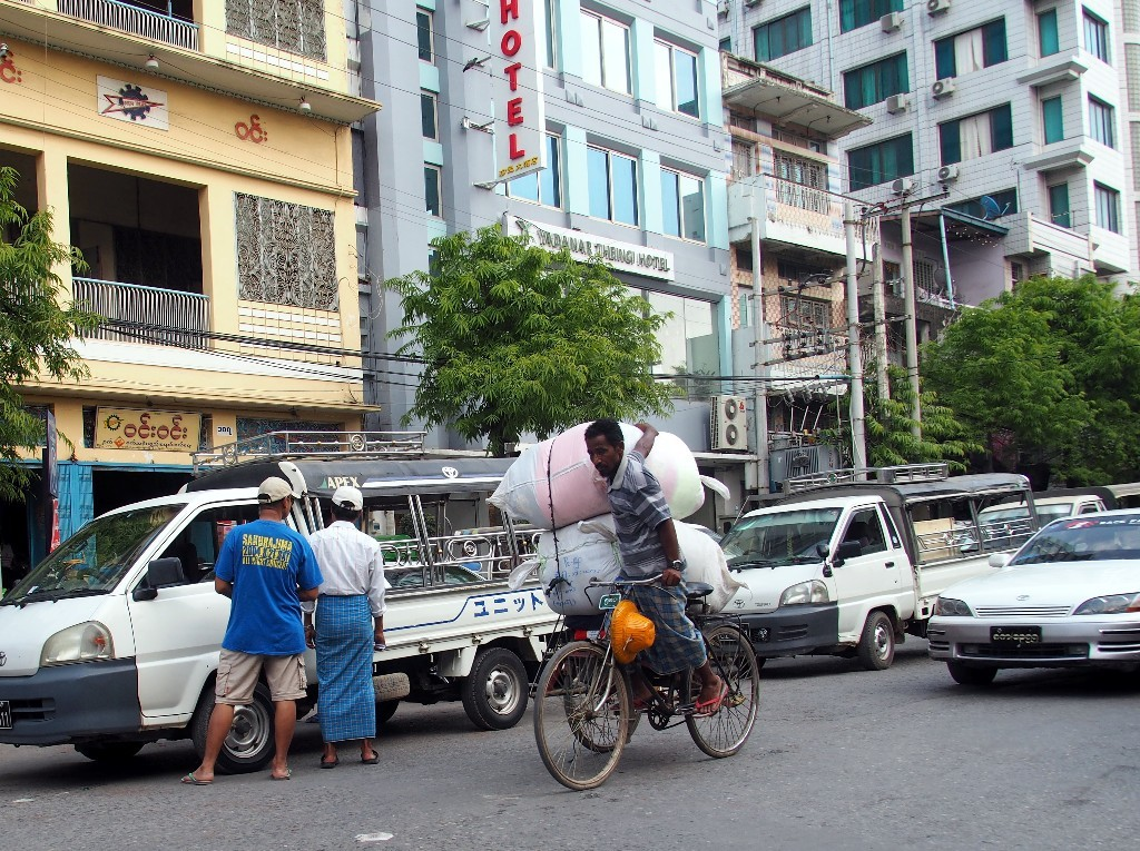 Vor unserem Hotel in Mandalay