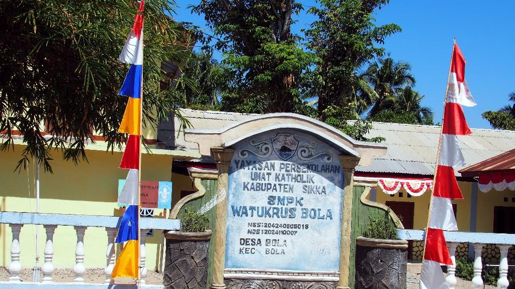 Katholische Schule in einem kleinen Dorf bei Bola.