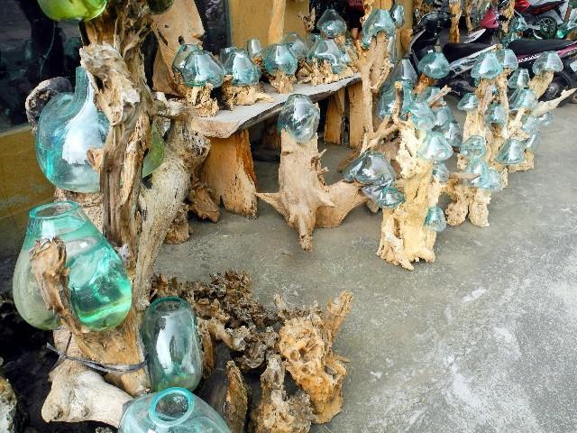 Kunstvoll - Große Kerzenständer aus Glas und Holz in der Künstlerstadt Ubud