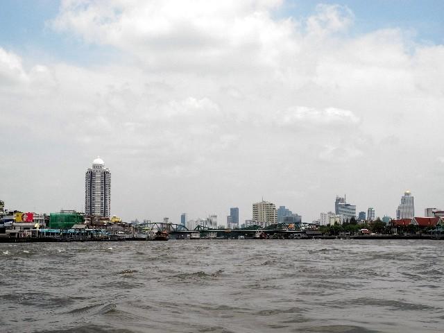 400 m breit - der Chayo Praya mit der Skyline des modernen Bangkoks