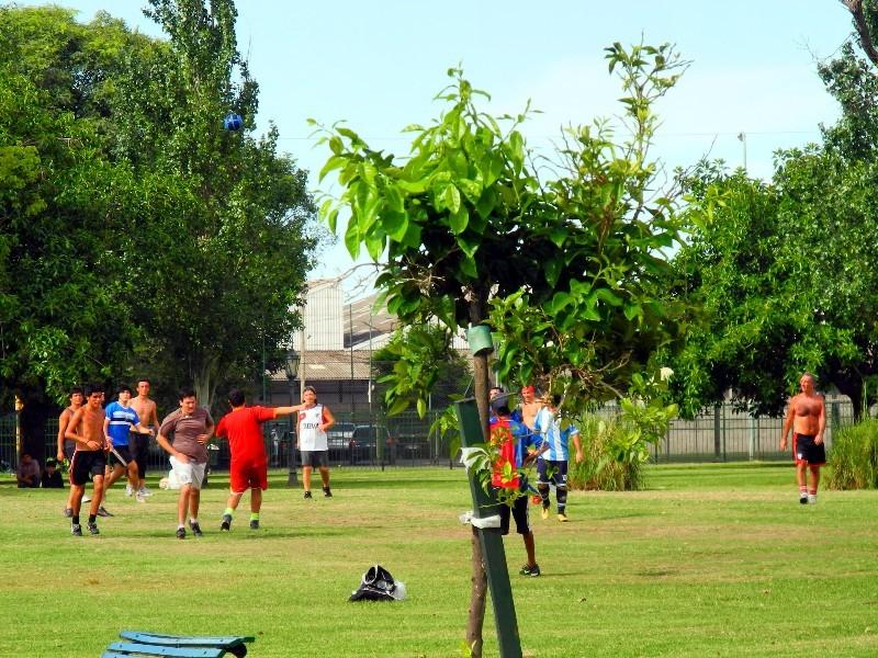 Was sonst - Fußball als Wochenendsport in einem Park in Buenos Aires