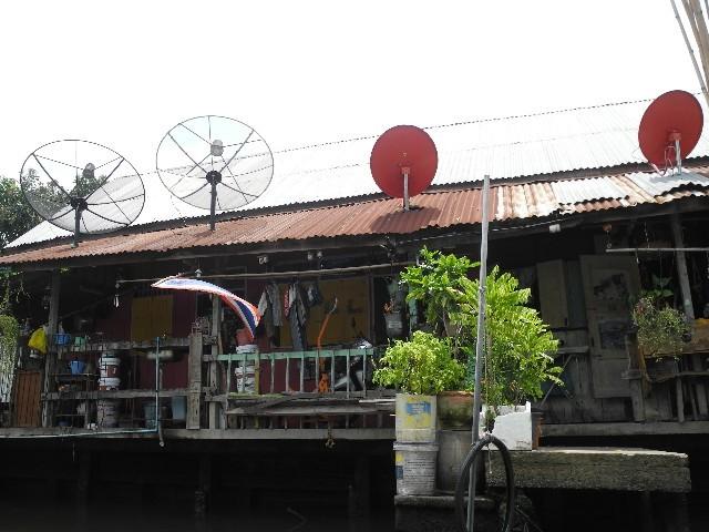 Vernetzt - Einrichtung pfui, Satellitenschüsseln hui
