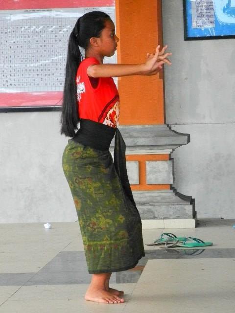 Kurz angehalten - Balinesische Mädchen trainieren ...