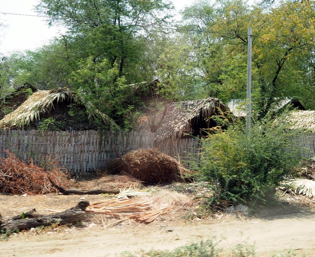 Strohhütten - Ländliche Siedlung auf dem Weg nach Bagan