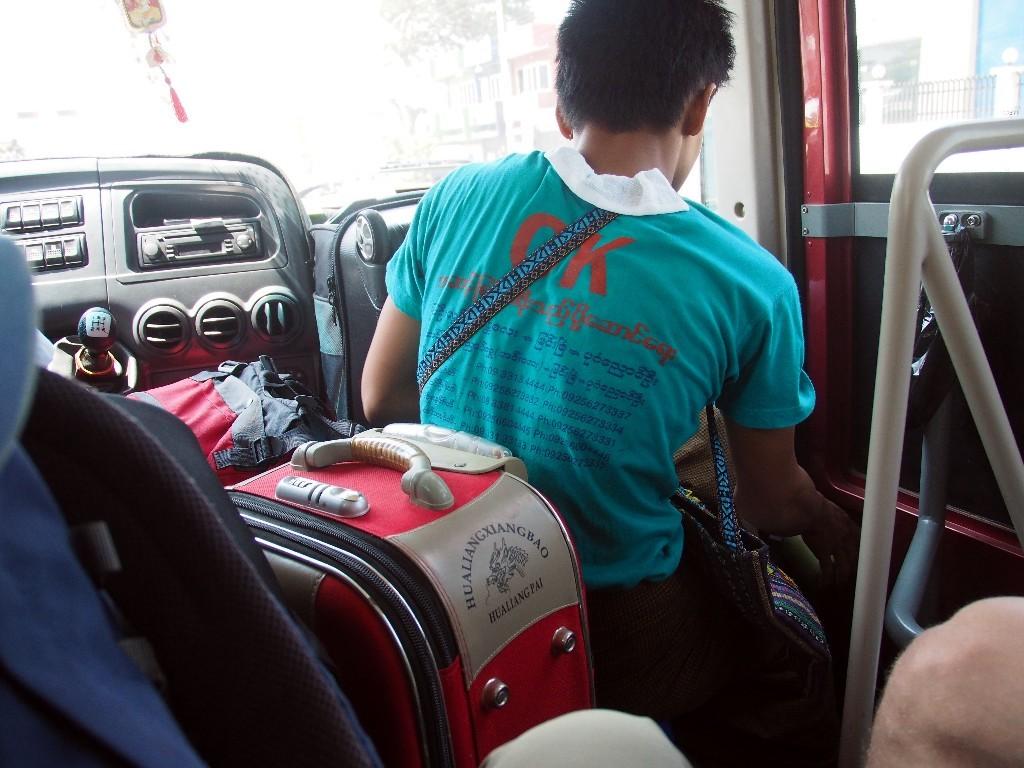Gut ausgenutzt - Gepäck und Fahrgäste im Gang auf der Fahrt nach Bagan