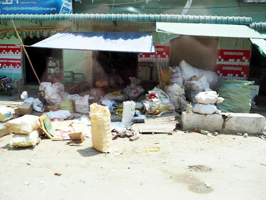Noch nicht sortiert - Depot eines Müllsammlers in einer Kleinsiedlung auf dem Weg nach Bagan
