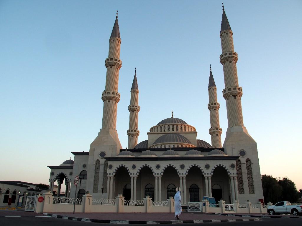 Arabisch - Moschee mit typisch gekleideten Bewohner Dubais ...