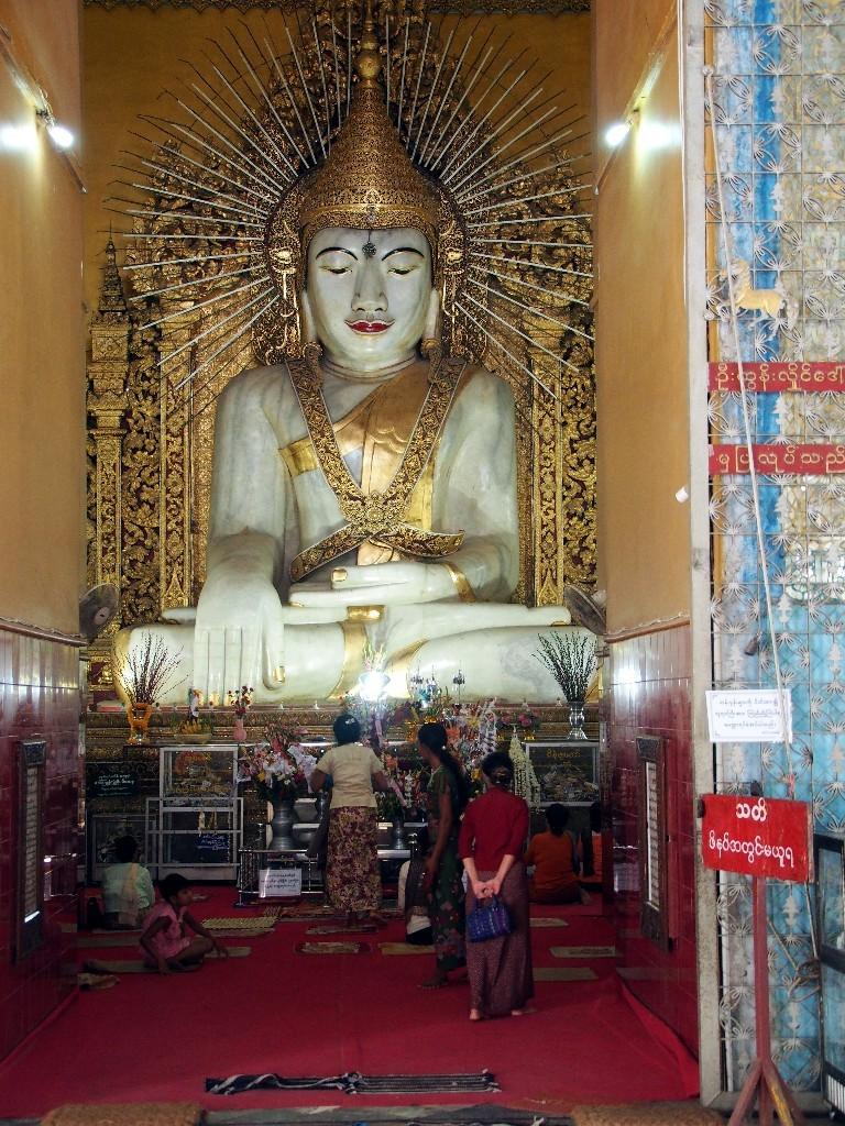 Aus einem Marmorblock - Buddhafigur in der Kyaugtawgyi Pagode