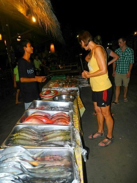 Abendessen - Auswahl von frischen Fischen im Chillout Restaurant