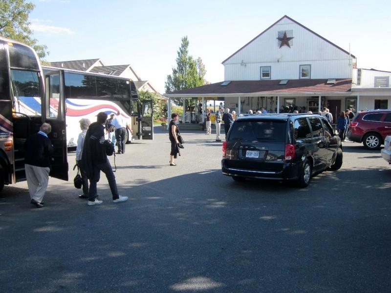 Busse karren Touristen zu einer Bäckerei der Amish ...