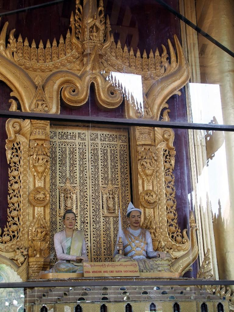 Skulptur von König Mindon und seiner Ehefrau im Königspalast