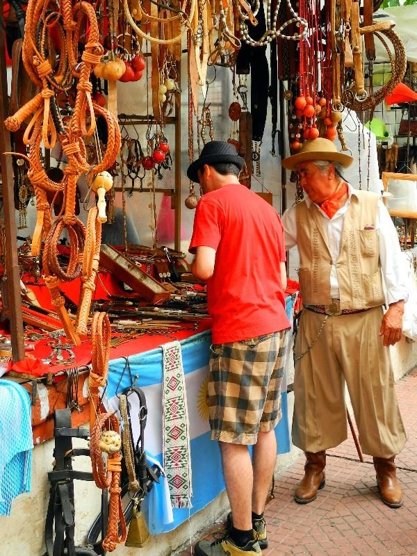 In Gauchokleidung - Verkauf von Pferdezubehör