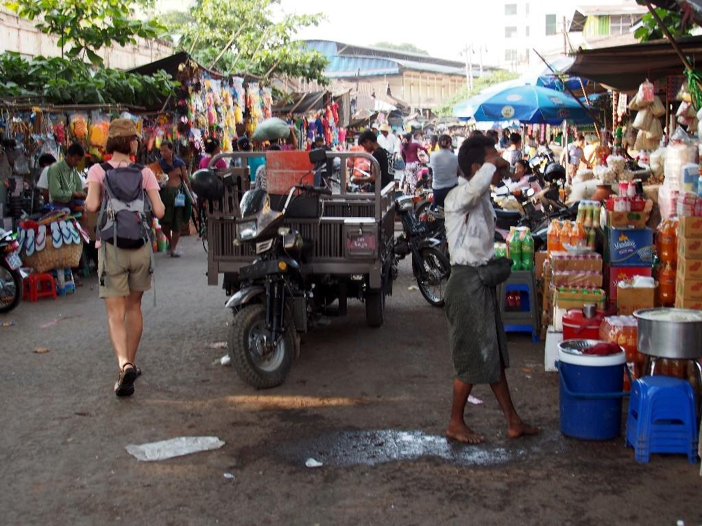 Voll und zum Verlaufen - Auf dem Zeigyo Markt ...
