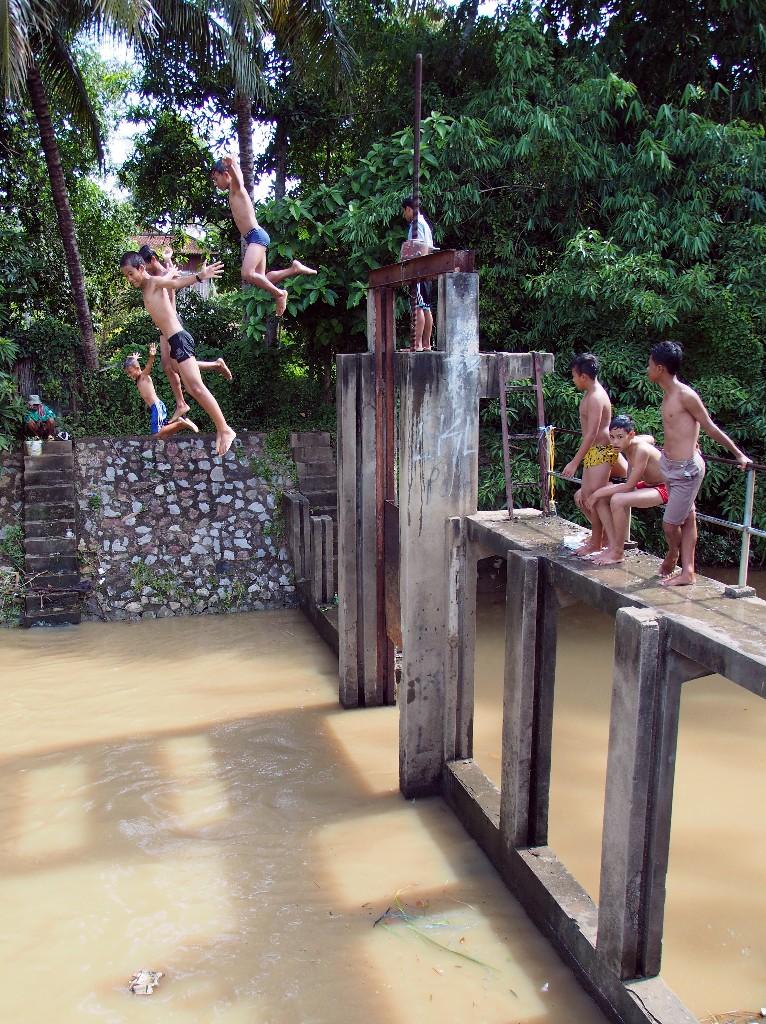 Zwischenstopp - Kinder springen in der schwülen Hitze in den Sangker