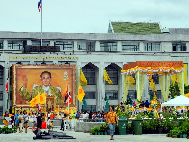 Sehr umtriebig - überall grüßt König Rama IX.