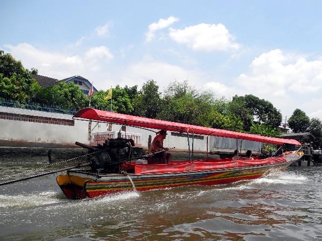 Bei einer Khlongfahrt mit einem Longtailboat...