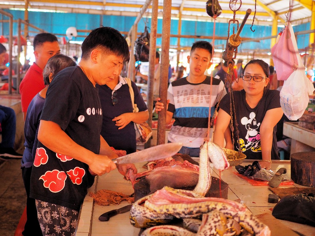 Fleisch aller Art - Phytons sind in der Minahasa Kultur eine Delikatesse...