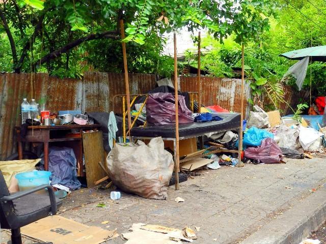 ...gibt es die sichtbare Armut, wo Menschen am Straßenrand wohnen