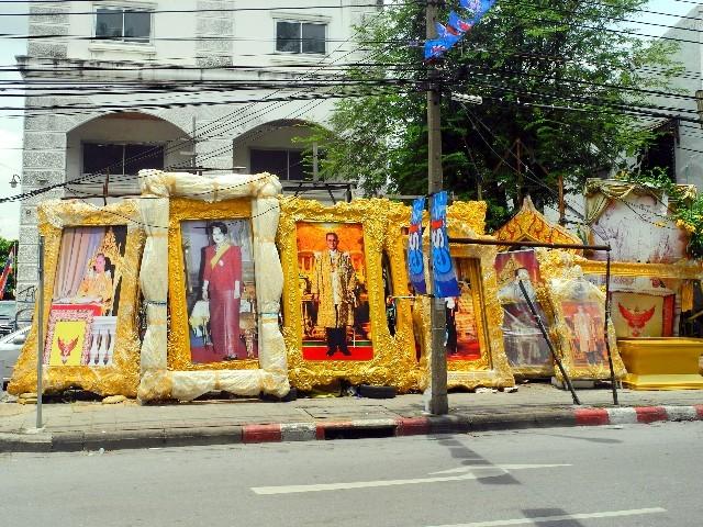Königskult - Riesenbilder des Königspaares zum freien Verkauf