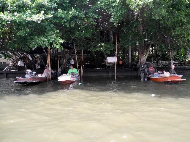 Übrigbleibsel der schwimmenden Märkte - Verkäufer versuchen den Touristen Waren anzudrehen
