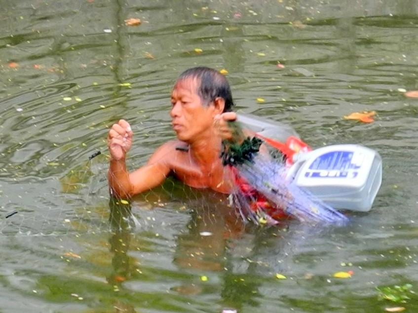 Nahrungssuche - Thai beim Fischfang in einem Khlong