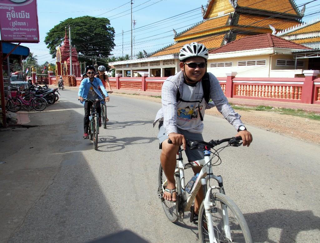 enig Verkehr- außerhalb Battambangs lässt sich gut Fahrrad fahren