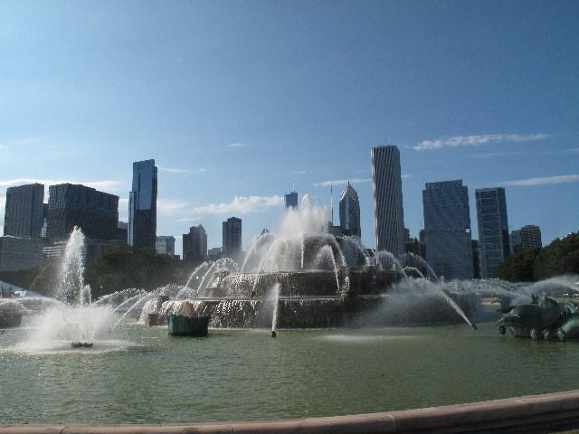 Versailles plus: Brunnen vor der Skyline Chicagos