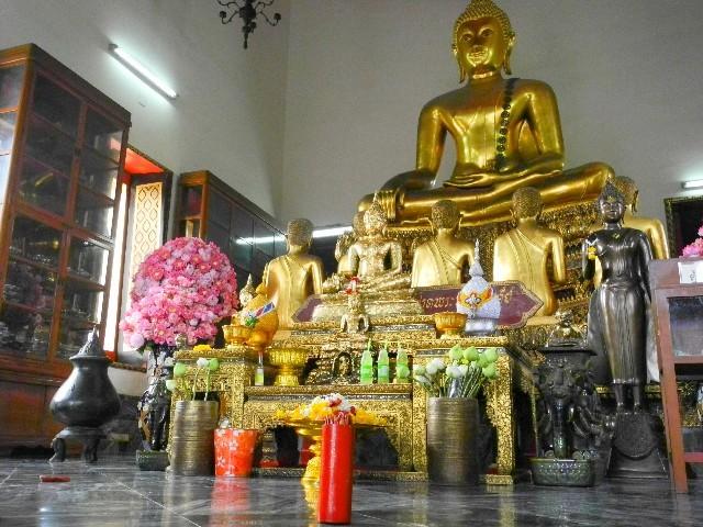 Zahlreich - Im Wat Pho gibt es viele Tempel
