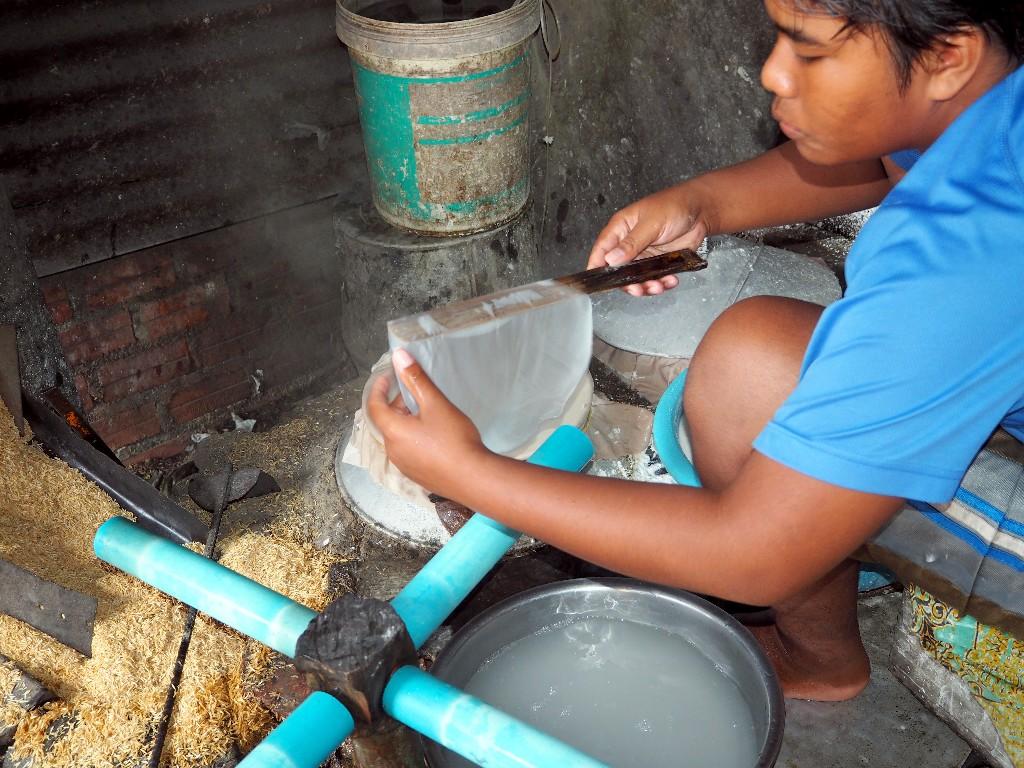 Geschickt - während der Sohn den Teig für das Reispapier herstellt, ...