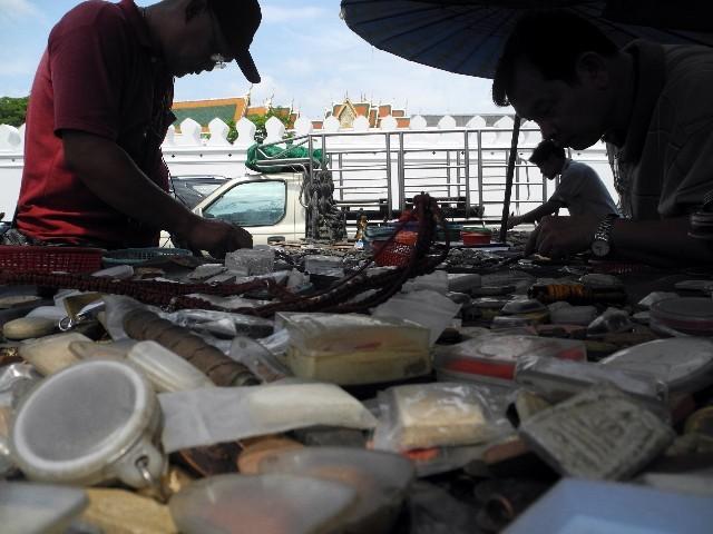 Auf der Suche nach Glück - Thais stöbern nach Talismännern
